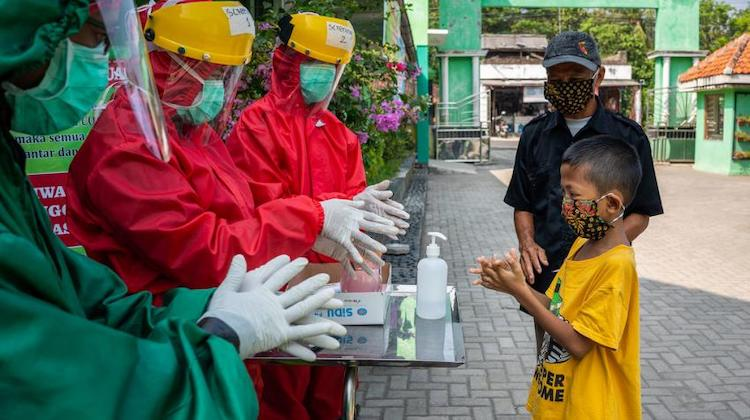 Photo: Health workers demonstrate proper handwashing to a child at a community health centre in Central Java, Indonesia. © UNICEF/Fauzan Ijazah © UNICEF/Fauzan Ijazah
